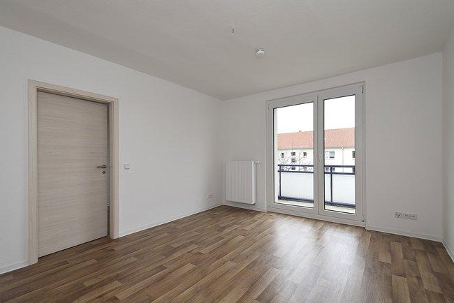 Wohnzimmer: 4-Raum-Wohnung St. Petersburger Straße 11