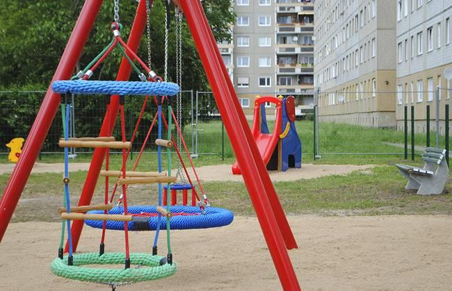 Spielplatz im Hofbereich: 3-Raum-Wohnung Alte Heerstraße 206