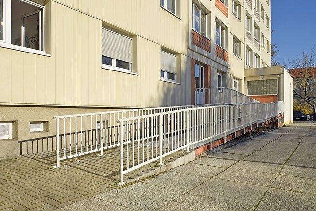Rampe zum Hauseingang: 1-Raum-Wohnung Rigaer Straße 10