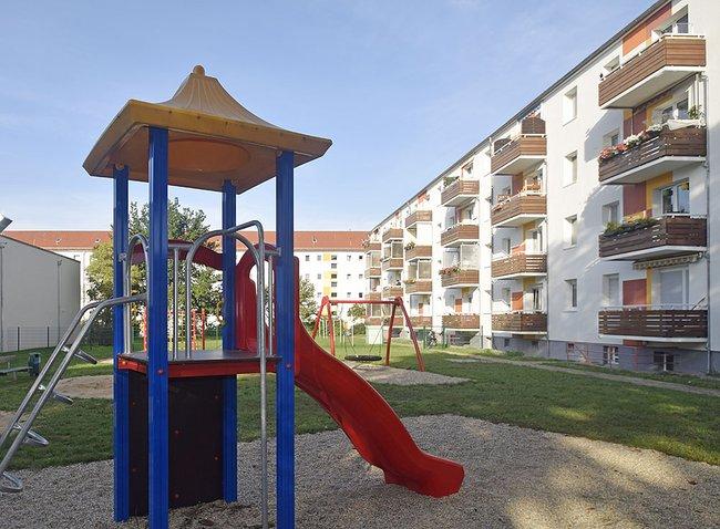 Spielplatz im Hofbereich: 4-Raum-Wohnung Vogelweide 30