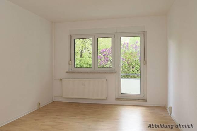Wohnzimmer: 4-Raum-Wohnung Hildesheimer Straße 13